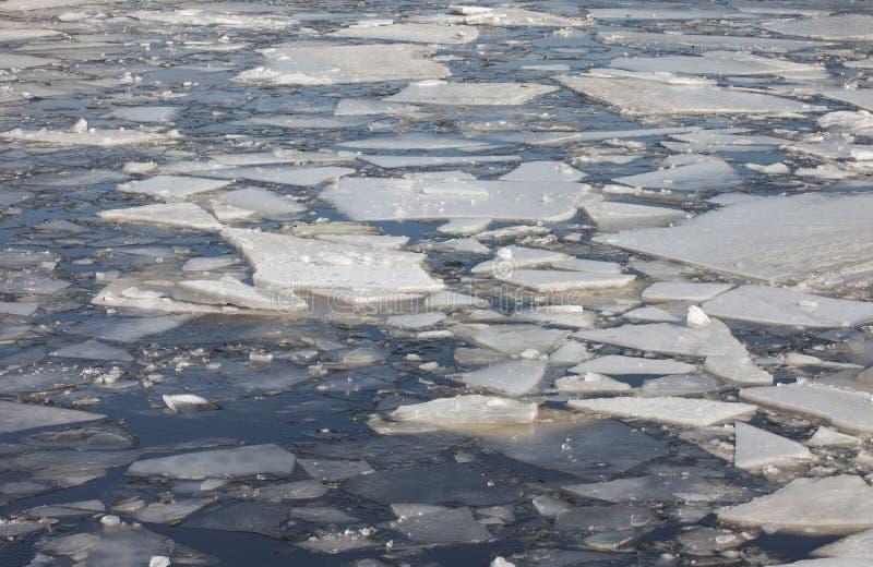 Rivière congelée avec des gros morceaux de glace images libres de droits