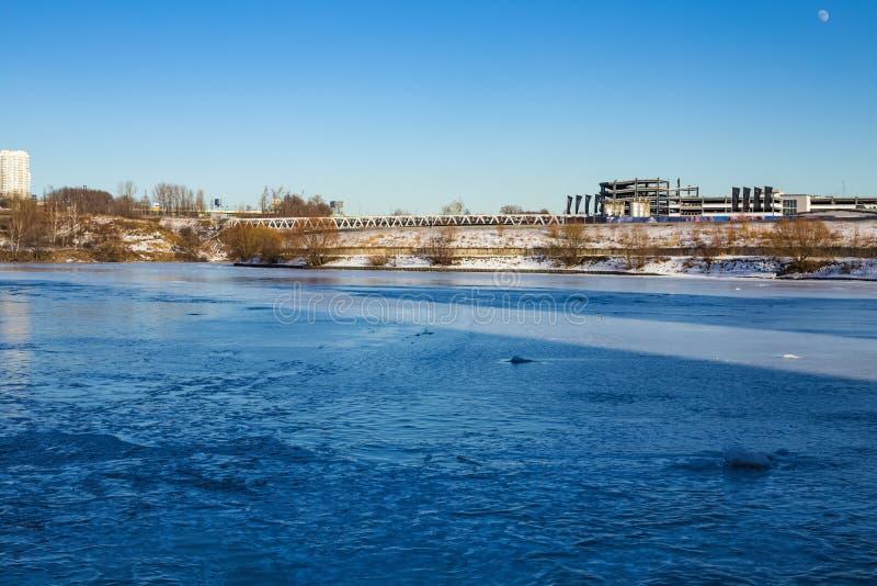 Rivière congelée dans des limites de ville photo libre de droits
