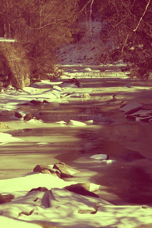 Rivière congelée de montagne dans le matin d'hiver du soleil photographie stock