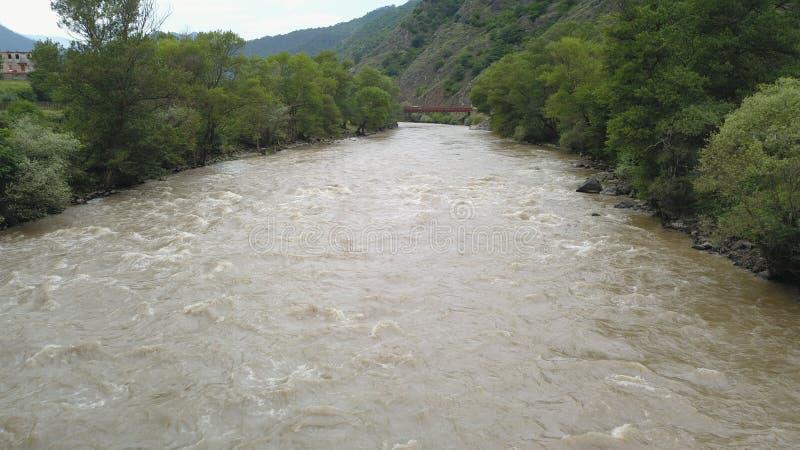 Rivière coulant en vallée verte images libres de droits