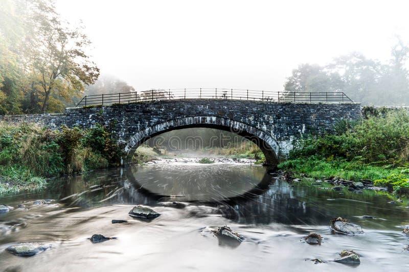 Rivière coulant sous le pont - petit pont images stock