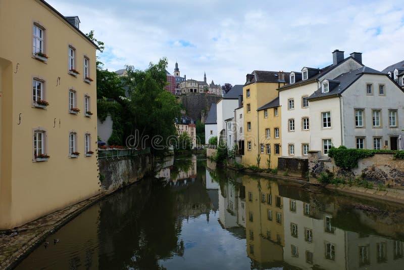 Rivière d'Alzette dans le secteur de Grund du Luxembourg photographie stock