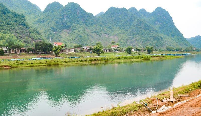 Rivière d'escroquerie de chanson au parc national de coup de Phong Nha-KE, site de patrimoine mondial de l'UNESCO en Quang Binh P images stock