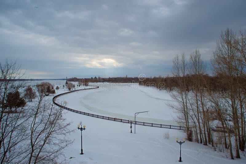 Rivière d'hiver de paysage, ciel dans les nuages, rayon de soleil photographie stock libre de droits