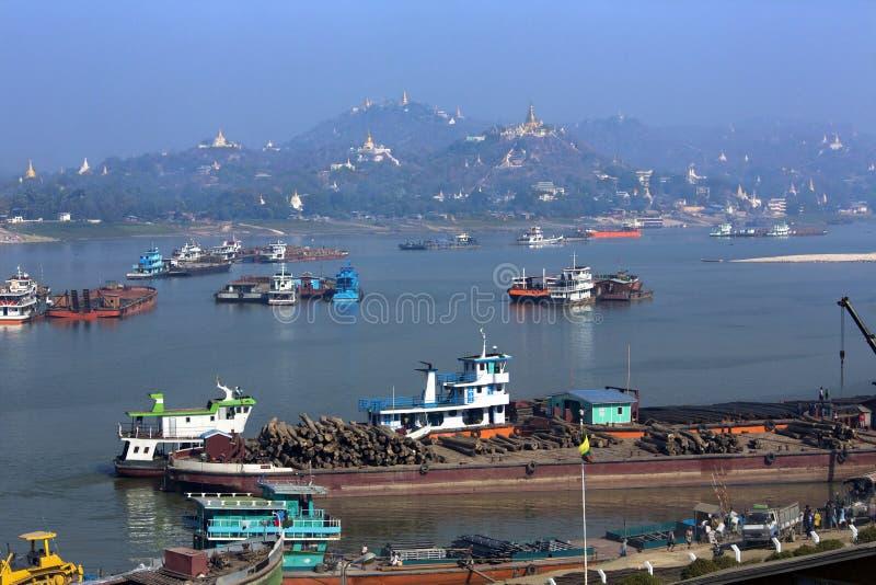 Rivière d'Irrawaddy et ville de Sagaing - Myanmar photo libre de droits