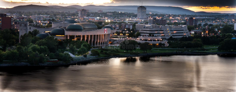 Rivière d'Ottawa avec Gatineau/coque à l'arrière-plan photographie stock