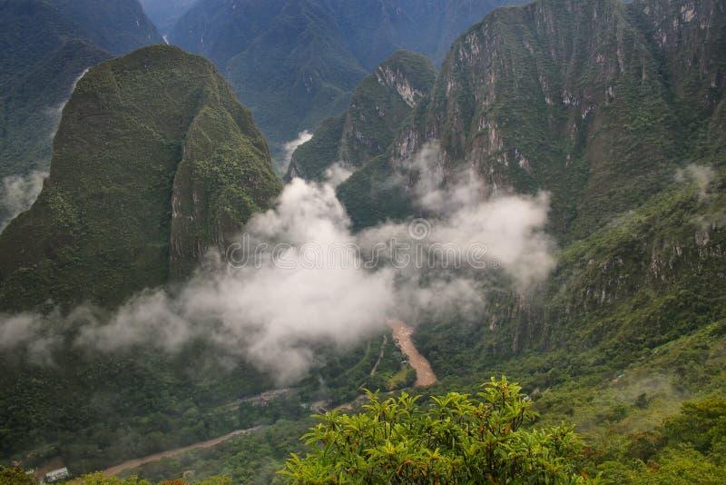 Rivière d'Urubamba avec le brouillard de matin près de Machu Picchu au Pérou photographie stock libre de droits