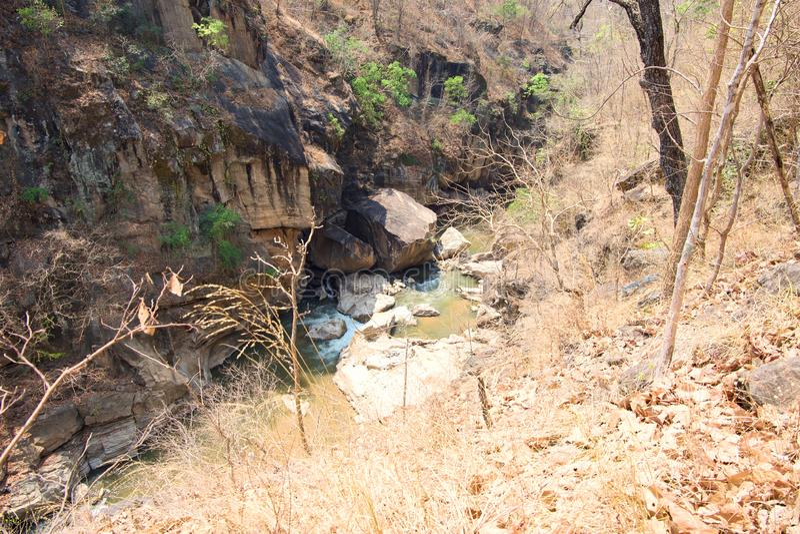 Rivière dans la forêt de dipterocarp au parc national op de Luang, chaud, Chiang Mai, Thaïlande images stock