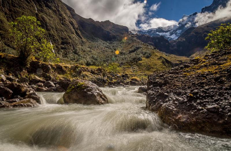 Rivière dans les Andes au volcan d'autel d'EL près de Banos, Equateur photos libres de droits