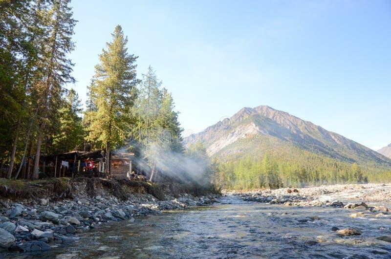 Rivière dans les montagnes du Sayan oriental image stock
