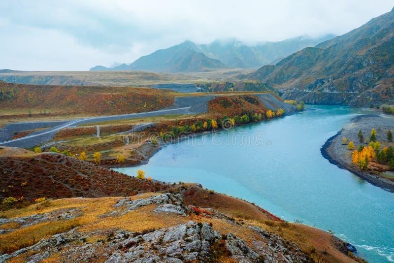 Rivière dans les montagnes par temps nuageux Endroit du confluent des rivières Katun et Chuya images libres de droits
