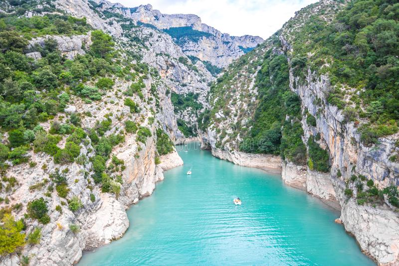 Rivière de canyon avec de l'eau bleu image libre de droits