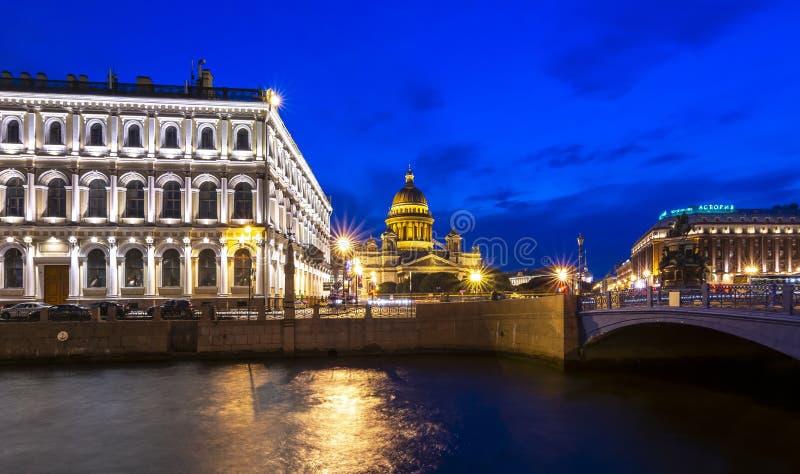 Rivière de cathédrale et de Moyka de St Isaac la nuit, St Petersbourg, Russie photos libres de droits
