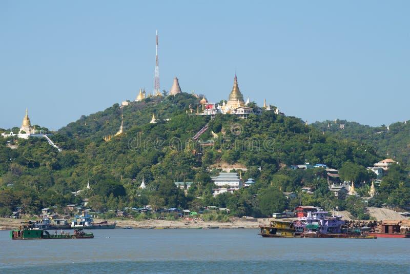 Rivière de collines et d'Irrawaddy de Sagaing Les environs du sity de Mandalay, Myanmar photographie stock libre de droits