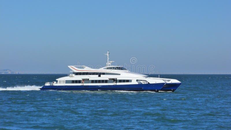 Rivière de croisement de ferry-boat image stock