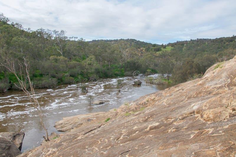 Rivière de cygne et roche de granit images stock