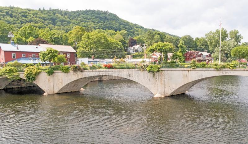 Rivière de Deerfield et pont des fleurs image stock