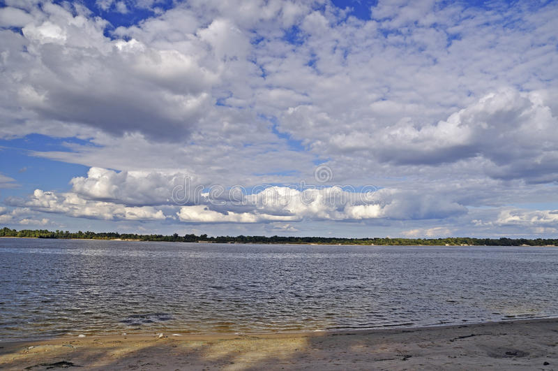 Rivière de Dnieper avec un ciel gentil d'été photos stock