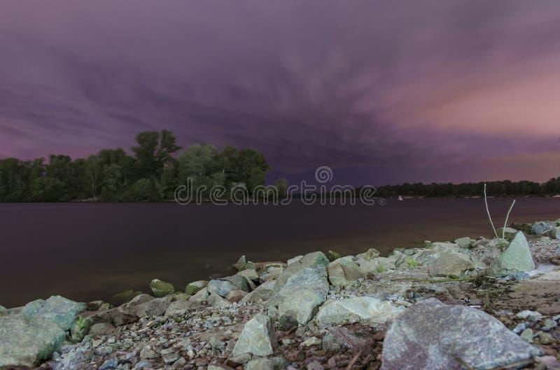 Rivière de Dnipro dans la nuit images libres de droits