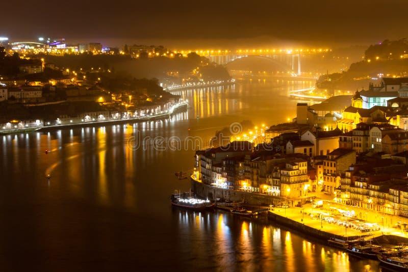 Rivière de Douro à Porto la nuit image stock