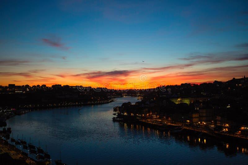 Rivière de Douro au crépuscule, nuit au centre de Porto images libres de droits