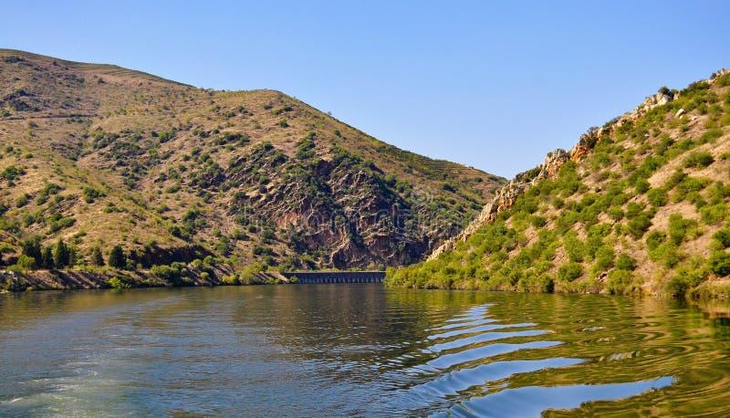 Rivière de Douro - les montagnes et le ciel bleu image stock