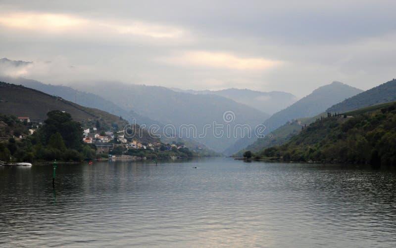 Rivière de Douro : paysage avec des montagnes et des nuages photo stock