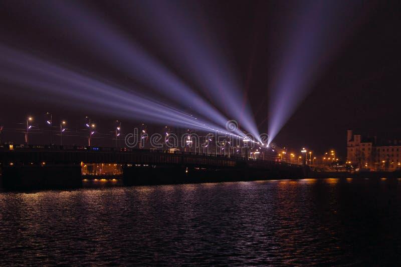 Rivière de dvina occidentale de croisement de pont d'Akmens Poutres de tache bleues projetées de l'autre côté de la rivière images libres de droits