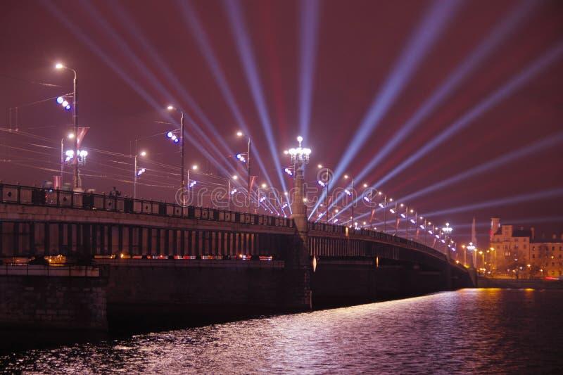 Rivière de dvina occidentale de croisement de pont d'Akmens Poutres de tache bleues projetées de l'autre côté de la rivière image libre de droits