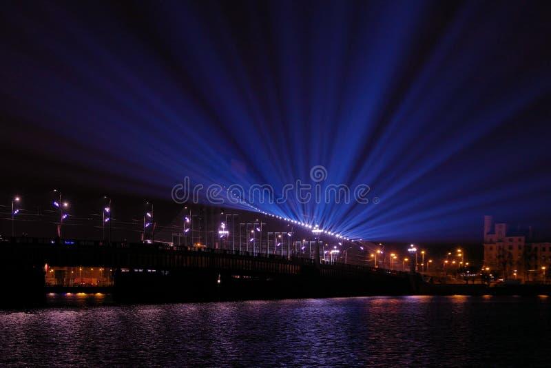 Rivière de dvina occidentale de croisement de pont d'Akmens Poutres de tache bleues projetées de l'autre côté de la rivière photographie stock libre de droits