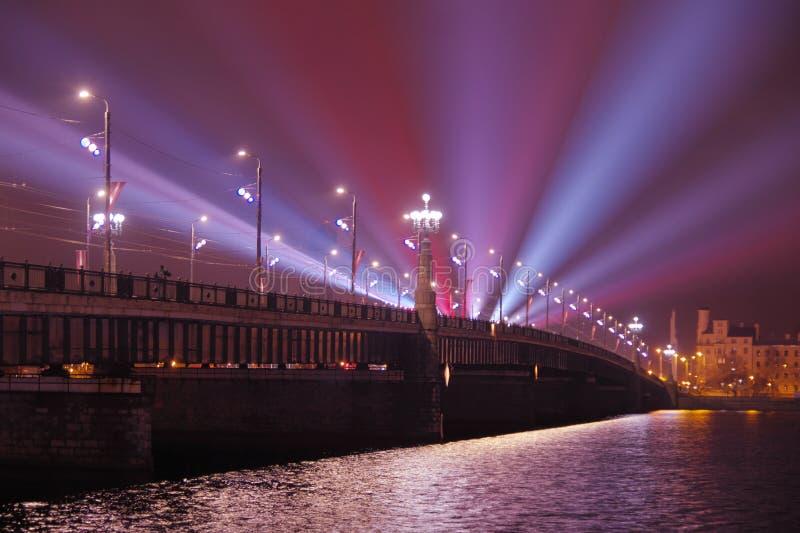 Rivière de dvina occidentale de croisement de pont d'Akmens Poutres de tache bleues projetées de l'autre côté de la rivière photo libre de droits