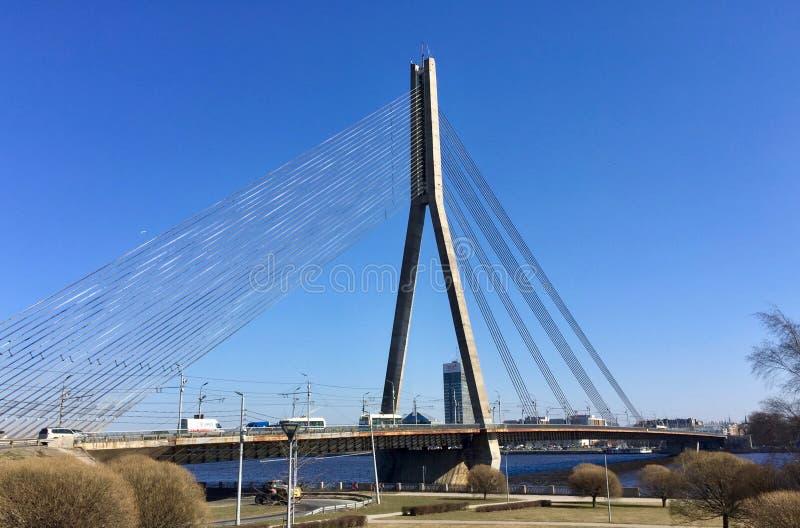 Rivière de dvina occidentale, pont de Vansu à Riga photos libres de droits