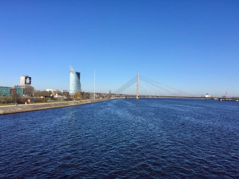 Rivière de dvina occidentale, pont de Vansu à Riga image stock