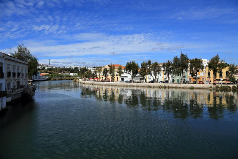 Rivière de Gilao et belles maisons colorées dans Tavira images libres de droits