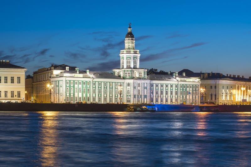 Rivière de Kunstkamera et de Neva la nuit, St Petersbourg, Russie image libre de droits