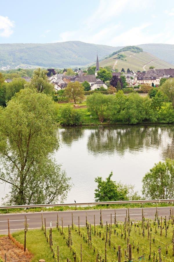 Rivière de la Moselle et village de lheim de ¼ de mà images libres de droits