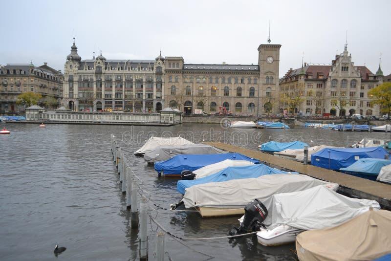 Rivière de Limmat et le centre de Zurich photographie stock libre de droits