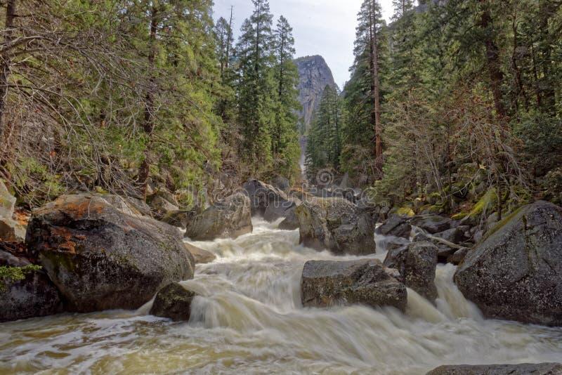 Rivière de Merced en parc national de Yosemite photographie stock libre de droits