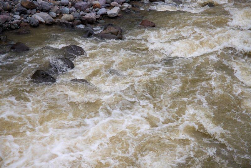 Rivière de montagne avec le courant rapide de l'eau Texture de photo d'eau de rivière La rivière Green en papier peint de tropiqu image stock