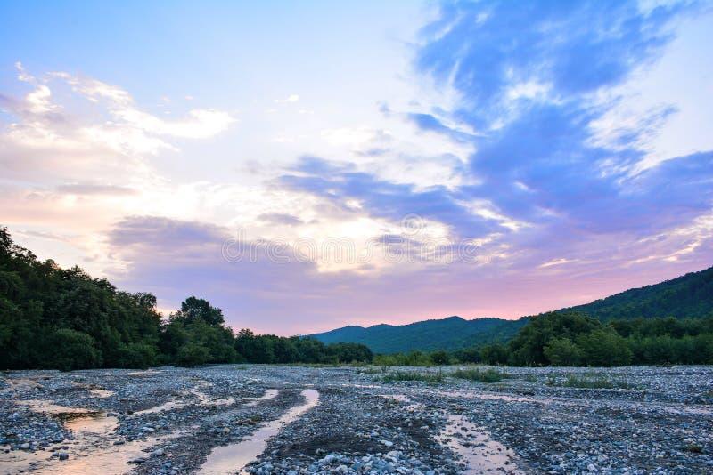 Rivière de montagne, beau ciel de matin image stock