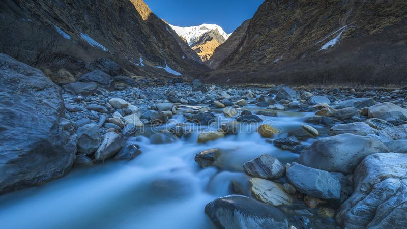 Rivière de montagne d'Annapurna sur le camp de base en queue de poisson de manière images libres de droits