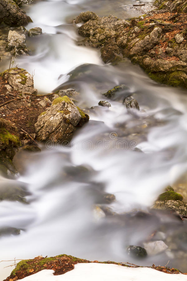 Rivière de montagne dans la lumière de soirée images libres de droits
