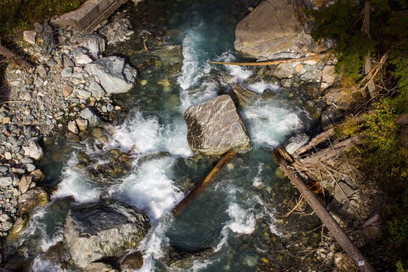 Rivière de montagne de Dombai photographie stock