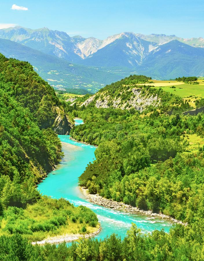 Rivière de montagne par temps ensoleillé, Alpes, France images libres de droits