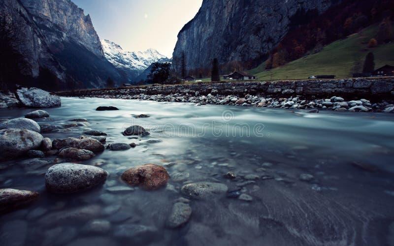 Rivière de montagne sous le ciel bleu photo stock