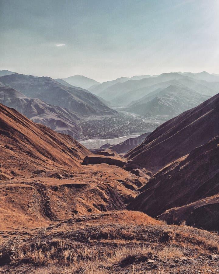 Rivière de montagnes de village de coucher du soleil d'été de ciel de la Russie Caucase Samur Hkem images stock