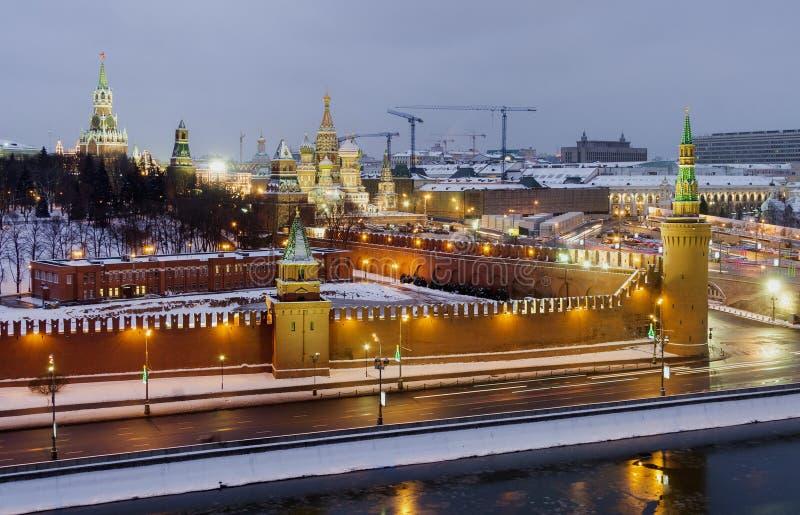 Rivière de Moscou de vue supérieure et Moscou Kremlin dans la nuit d'hiver images stock