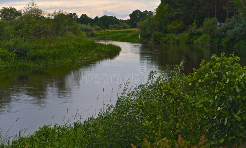 Rivière de Neman et prés verts au Belarus photos stock