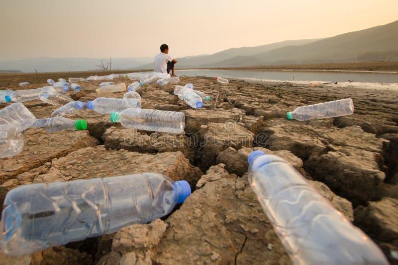 Rivière de nettoyage et monde de sauvegarde de concept en plastique image stock