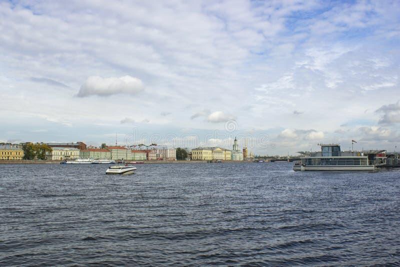 Rivière de Neva, maisons et ciel clair image stock